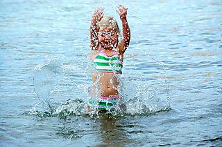Lake chelan hannah splashing1