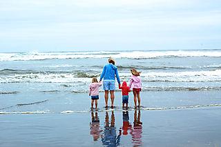 Long beach 08 mom and girls backs1