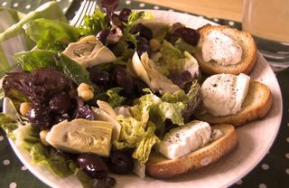 Salad with melted goat cheese