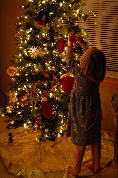 Hannah_decorates_xmas_tree0001_2
