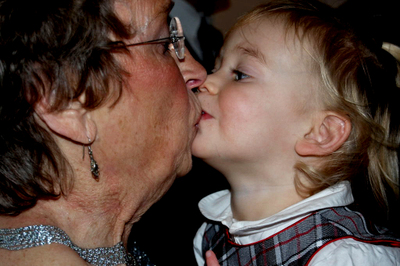 Laurel_and_gma_kiss0001